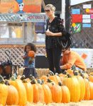 Celebrities Wonder 91418058_heidi-klum-Pumpkin-Patch_4.jpg