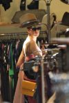 Celebrities Wonder 9691439_anne-hathaway-shopping_7.jpg
