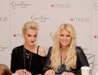 Celebrities Wonder 23367501_jessica-simpson-girls_8.jpg