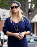 Celebrities Wonder 24850949_reese-witherspoon-gas-station_5.jpg