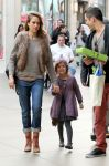 Celebrities Wonder 27424786_jessica-alba-family-shopping_4.jpg