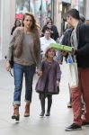Celebrities Wonder 33881503_jessica-alba-family-shopping_2.jpg