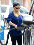 Celebrities Wonder 45321579_reese-witherspoon-gas-station_4.jpg
