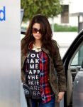 Celebrities Wonder 45525066_selena-gomez-gas-station_4.jpg