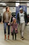 Celebrities Wonder 61359293_jessica-alba-family-shopping_8.jpg