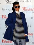 Celebrities Wonder 68349254_rihanna-Christmas-lights-Westfield_5.jpg