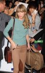 Celebrities Wonder 77450186_taylor-swift-airport_6.jpg