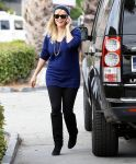 Celebrities Wonder 79868835_reese-witherspoon-gas-station_1.jpg