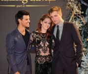 Celebrities Wonder 8032463_kristen-stewart-breaking-dawn-part-2-london_6.jpg