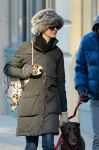 Celebrities Wonder 22190156_anne-hathaway-dog_7.jpg