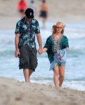Celebrities Wonder 27726017_pregnant-jessica-simpson-beach_2.jpg
