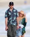 Celebrities Wonder 33742458_pregnant-jessica-simpson-beach_4.jpg