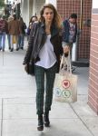 Celebrities Wonder 45349791_jessicalba-chtistmas-shopping_5.jpg