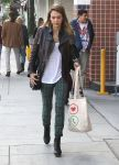 Celebrities Wonder 63235236_jessicalba-chtistmas-shopping_1.jpg
