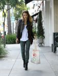 Celebrities Wonder 63247286_jessicalba-chtistmas-shopping_3.JPG