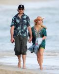 Celebrities Wonder 66057060_pregnant-jessica-simpson-beach_3.jpg