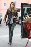 Celebrities Wonder 67108615_jessicalba-chtistmas-shopping_2.JPG