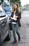 Celebrities Wonder 70641190_jessicalba-chtistmas-shopping_4.JPG