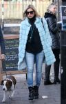Celebrities Wonder 8369543_kate-moss-dog-walking_2.jpg