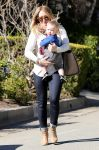 Celebrities Wonder 15360982_hilary-with-her-son_1.jpg