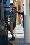 Celebrities Wonder 24805190_rihanna-nail-salon_5.jpg