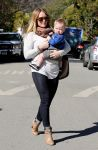 Celebrities Wonder 30883331_hilary-with-her-son_2.jpg