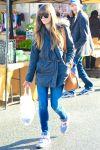 Celebrities Wonder 32498369_jessica-biel-shopping-farmers-market_2.jpg