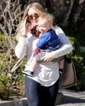 Celebrities Wonder 38797162_hilary-with-her-son_4.jpg
