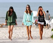Celebrities Wonder 58965464_alessandra-ambrosio-beach_5.jpg