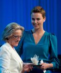 Celebrities Wonder 92924855_charlize-theron-crystal-award-davos_2.jpg