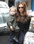 Celebrities Wonder 62198554_victoria-beckham-shopping-with-her-daughter-Harper-in-NYC_5.jpg