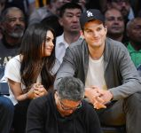 Celebrities Wonder 97787854_mila-kunis-Lakers-VS-Phoenix-Suns-Game_5.jpg