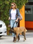 Celebrities Wonder 24050482_eva -mendes-walking-her-dog_3.jpg