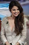 Celebrities Wonder 31019575_vanessa-hudgens-selena-gomez-El-Hormiguero_8.jpg