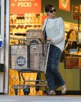 Celebrities Wonder 36328199_anne-hathaway-grocery-shopping_4.jpg