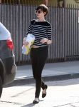 Celebrities Wonder 3667663_anne-hathaway-street_2.jpg