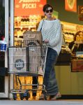 Celebrities Wonder 41045931_anne-hathaway-grocery-shopping_3.jpg