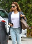 Celebrities Wonder 46716252_eva -mendes-walking-her-dog_5.jpg