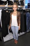 Celebrities Wonder 49342643_nnasophia-robb-HM-Denim-Days_4.jpg
