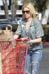 Celebrities Wonder 80311607_elizabeth-banks-shopping_4.jpg