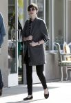 Celebrities Wonder 9229987_anne-hathaway-street_1.jpg
