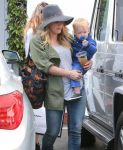Celebrities Wonder 17219338_hilary-duff-shopping_5.jpg