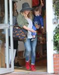 Celebrities Wonder 2392253_hilary-duff-shopping_4.jpg