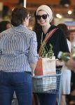 Celebrities Wonder 28743907_anne-hathaway-shopping-for-groceries_5.jpg