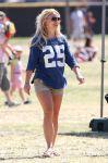 Celebrities Wonder 34016869_britney-spears-football-game_3.jpg