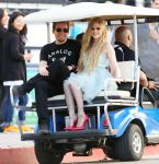 Celebrities Wonder 74854469_avril-lavigne-set_4.jpg
