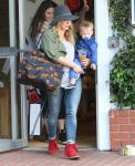 Celebrities Wonder 79277726_hilary-duff-shopping_3.jpg