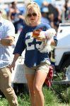 Celebrities Wonder 86611366_britney-spears-football-game_4.jpg