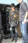 Celebrities Wonder 91379425_pregnant-halle-berry-airport_2.jpg