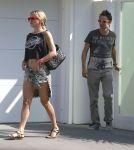 Celebrities Wonder 16556350_kate-hudson-leaves-her-house_4.jpg